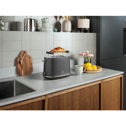 Prajitor de paine Electrolux E7T1-6BP negru, suport pentru chifle, 980 W, functie dezghetare